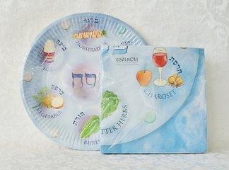 Papieren bordjes en servetten