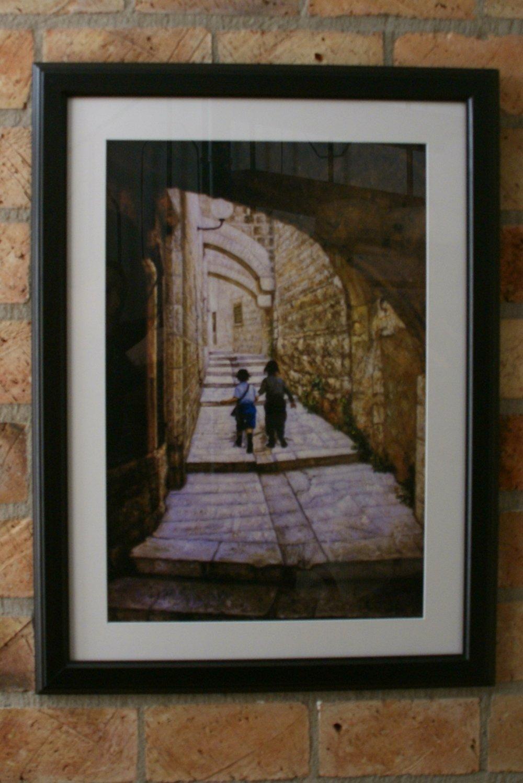 Litho: kinderen in de Oude Stad Jeruzalem ingelijst.