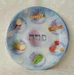 Papieren Pesach bordjes voor de Seder maaltijd met afbeeldingen van de 6 speciale gerechtjes.