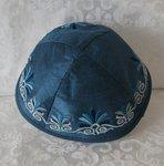 Keppeltje van Yair Emanuel. Ruwe zijde met geborduurde rand. Mooie blauwe kleur.