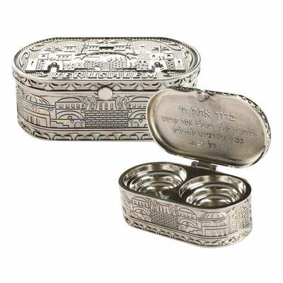Shabbats reis kandelaars, een mooi bewerkt nikkel afgewerkt doosje met afbeeldingen van de oude stad Jeruzalem en de zegen voor de kaarsen