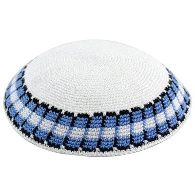 Keppeltje, gehaakt van wit DMC garen met geborduurde rand in blauw/zwart/wit. 17 cm doorsnee