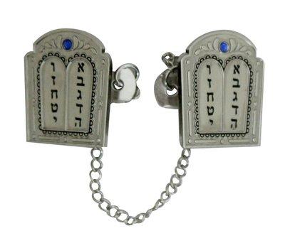 Tallit clip met een afbeelding van de 10 woorden op de 2 stenen tafelen en versierd met blauwe steentjes