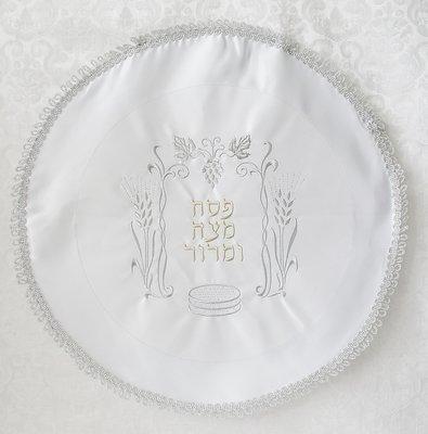 Mooie neutrale Matze cover van satijn met prachtig borduursel van graan, druiventros, matzes en Hebreeuwse tekst.