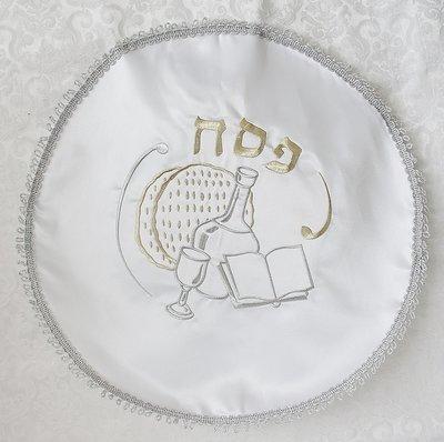 Mooie neutrale Matze cover van satijn met prachtig borduursel van het Hebreeuwse woord Pesach en Pesach items.
