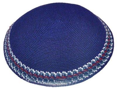 Keppeltje gehaakt in luxe DMC garen donkerblauw met geborduurde rand in blauwtinten, wit en bordeaux. 17 cm doorsnee