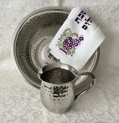 Mooie roestvrijstalen set van waskom en kan met gehamerd design voor de rituele handwassing