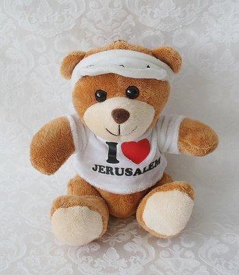 Lief beertje met wit Israël truitje en de tekst: I love Jerusalem en op de zonneklep: Jerusalem.