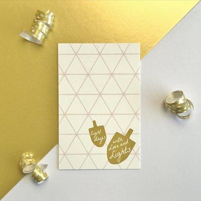 Cadeaukaartje / Minikaartje voor Chanoeka / Chanukah met grafisch patroon en dreidels met de tekst eight days with love and lights van Ahavah design