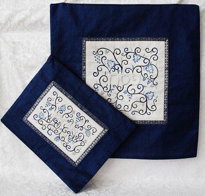 Prachtige geborduurde Pesach set van Yair Emanuel, bestaande uit een Matze cover en een Afikoman etui van koningsblauwe ruwe zijde met prachtig borduursel.