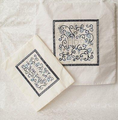 Prachtige geborduurde Pesach set van Yair Emanuel, bestaande uit een Matze cover en een Afikoman etui van witte ruwe zijde met prachtig borduursel.
