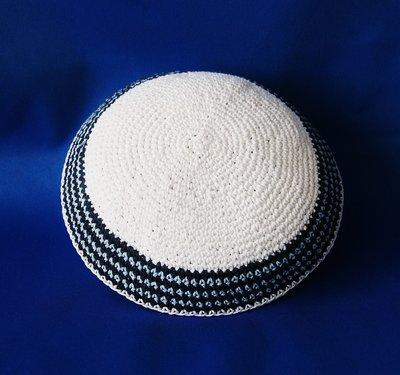 Keppeltje wit gehaakt met geborduurde rand in blauw / zwart