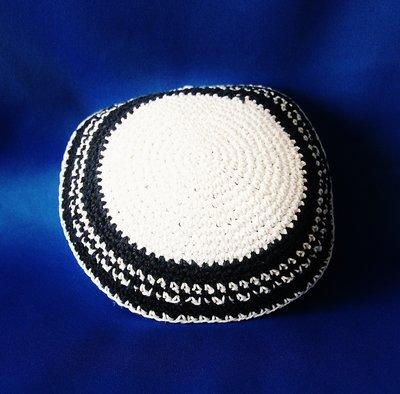 Keppeltje wit gehaakt met geborduurde fantasie rand in blauw / wit