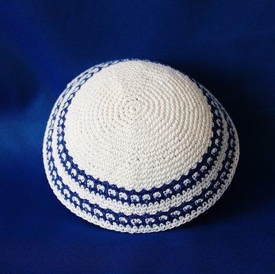 Keppeltje / Kippah wit gehaakt met dubbele fantasie rand in blauw / wit