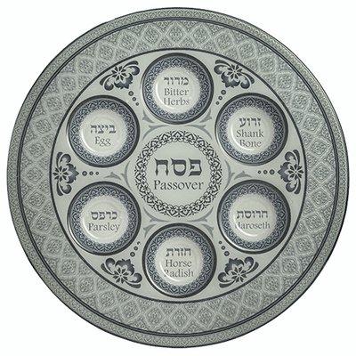 Seder schaal van gehard glas met mooie grijsblauwe decoratie. De namen van gerechtjes staan in het Hebreeuws en Engels vermeld.