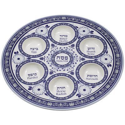 Seder schaal van melanine (kunsstof) met mooie blauwe decoratie. De namen van gerechtjes staan in het Hebreeuws en Engels vermeld.