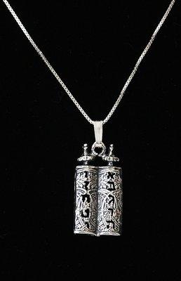Prachtig zilveren hangertje van een Torah rol met de 10 geboden.