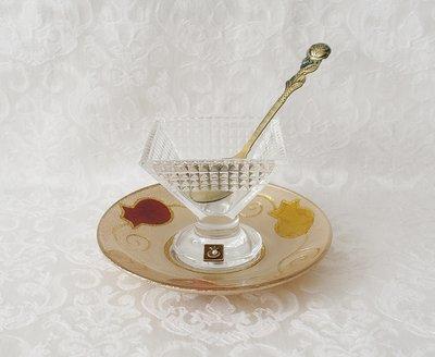 Handgemaakt honingpotje op voet met schotel in granaatappel dessin uit de collectie van Lily Art