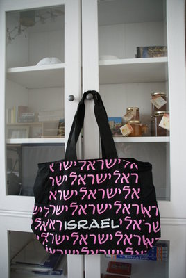 Israël Schoudertas voor allerlei doeleinden met letterprint Israël in wit en in het Hebreeuws geschreven in roze.