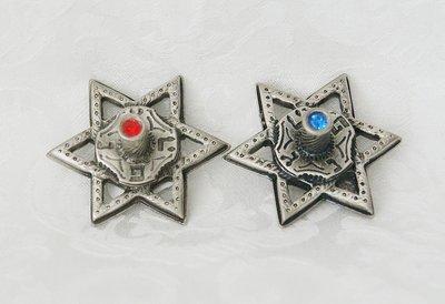 Handgemaakte dreidel van Yealat Chen in de vorm van een Davidster in antiek zilverkleur met blauwe of rode steentjes.