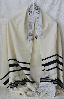 Tallit (gebedsmantel) gemaakt van 100% wol, in gebroken wit met zwarte en zilveren strepen