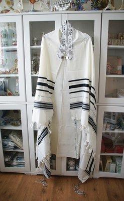 Tallit (gebedsmantel) gemaakt van 100% wol in wit/zwart compleet met de blauwe Tzitzit draadjes aan de 4 hoeken.