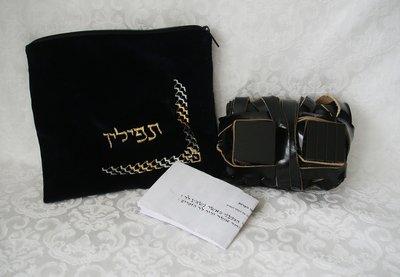 Complete koshere (Sephardisch) Tefilin set in een fluwelen tasje.