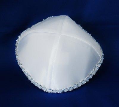 Keppeltje, chique wit satijn met bescheiden zilveren borduursel langs de rand.