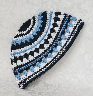 Keppeltje, gehaakte 'Frikka' keppel in wit/lichtblauw/donkerblauw streeppatroon, 23 cm
