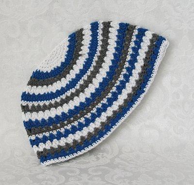Keppeltje, gehaakte 'Frikka' keppel in wit/lichtblauw/grijs streeppatroon.