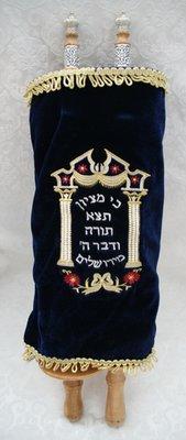 Extra groot formaat Torah Rol met luxe details zoals prachtig bewerkt hout met verzilverd beslag en donkerblauw geborduurde fluwelen mantel.
