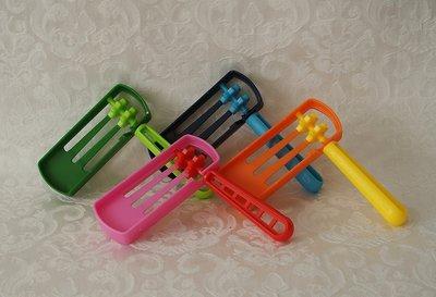 Fleurige Purim Ratel van plastic in verschillende kleuren