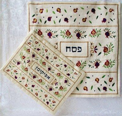 Pesach set van Yair Emanuel rijk geborduurd met granaatappeltjes bestaande uit een Matze cover en een Afikoman etui.
