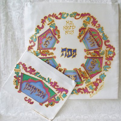 Pesach set van Yair Emanuel (100% zijde) versierd met hand geschilderde kronen in prachtige kleurschakering.