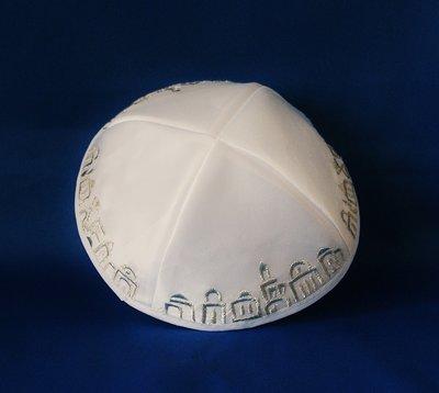 Keppeltje, wit satijn met zilverkleurig Jeruzalem borduursel