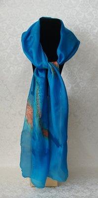 Puur zijden kobaltblauwe sjaal gevlamd met goudtinten, handgeverfd in de studio van Yair Emanuel in Jeruzalem.