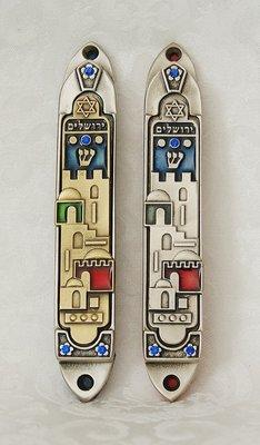 Zilverkleurige Mezuzah met prachtige decoratie van Jeruzalem in 2 kleuropties en ingekleurd met extra kleuren Extra groot model van 14 cm