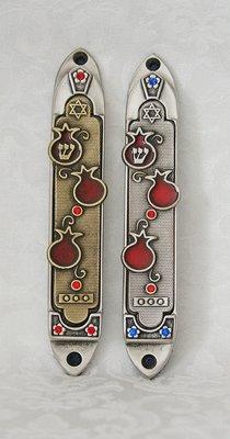 Mooie antiek zilverkleurige Mezuzah met granaatappeldecoratie gemaakt door Yealat Chen in 2 kleuren opties. Extra groot model van 14 cm