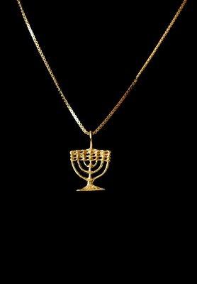 Menorah hangertje, een wat kleiner hangertje geel-goud verguld van de Israelische ontwerpster Marina
