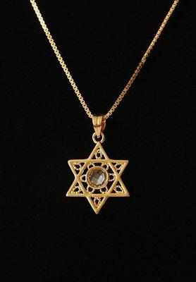Davidster hangertje in filigraan stijl met in het midden een kristal geel-goud verguld van de Israelische ontwerpster Marina
