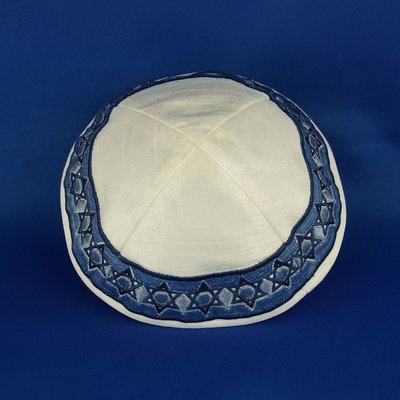 Keppeltje van Yair Emanuel van witte ruwe zijde met in blauw geborduurde Davidsterren langs de rand