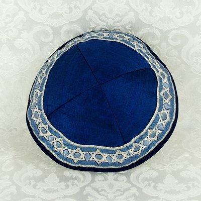 Keppeltje van Yair Emanuel van konings blauwe ruwe zijde met in wit geborduurde Davidsterren langs de rand