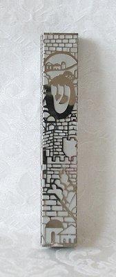 Mezuzah met Jeruzalem uit aluminium gesneden op een witte kunstof onderlaag. Afmeting 12 x 1,5 cm