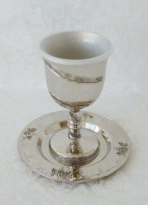 Kiddush beker, verzilverd met in sierlijk Hebreeuws schrift de zegenbede voor de wijn. Laag model van 12 cm.