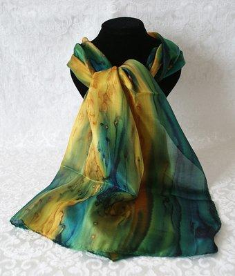 Handgemaakte puur zijden sjaal uit Israel met fantasiedessin in Dennengroen, Olijf en Okergeel gevlamd