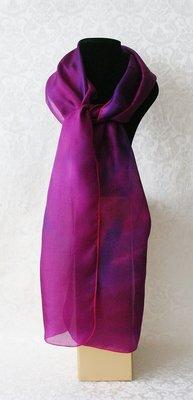 Fuchsia puur zijden sjaal met schaduwaccenten, handgeverfd in de studio van Yair Emanuel in Jeruzalem.