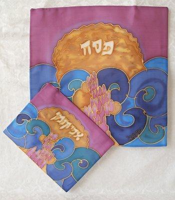 Set van Matze en Afikoman cover van Yair Emanuel (100% zijde) hand-beschilderd met een abstracte voorstelling van matzes en het volk Israel dat de Rode Zee oversteekt
