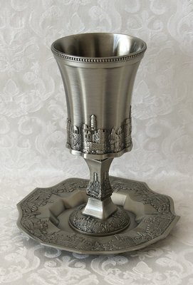 Prachtige zware Kiddush Beker in tin kleur met Jeruzalem design op bijzonder gevormde achthoekige schotel.