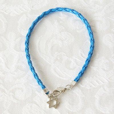 Leuk armbandje met gevlochten blauw kunstof bandje en een roestvrij stalen Davidsterretje