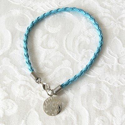 Leuk armbandje met gevlochten blauw kunstof bandje en een rond plaatje met de Hebreeuwse tekst: Shema Yisrael... (Hoor Israel...)